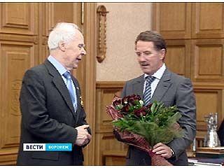 Академик Николай Чернышов получил медаль из рук губернатора