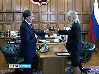 Алексей Гордеев вручил награду директору Областного краеведческого музея