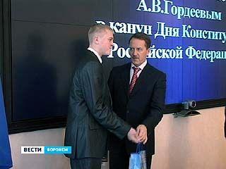 Алексей Гордеев вручил паспорта 22 школьникам из Воронежа и области