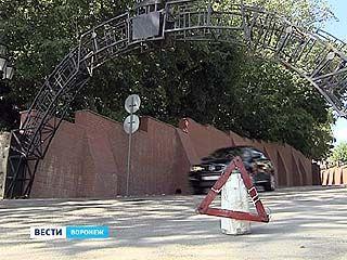 """Арка Каменного моста снова пострадала - поздно ночью в нее врезалась """"Газель"""""""