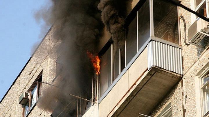 В Воронеже при пожаре в пятиэтажке пострадали пенсионерка и 2-летняя девочка