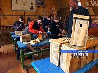 Бобровские школьники мастерят синичники
