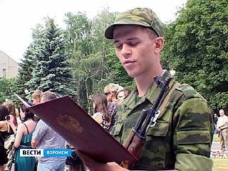 Более 150 студентов ВГУ приняли военную присягу на площади Победы