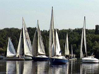 Более 20 яхт участвовали в Петровской регате