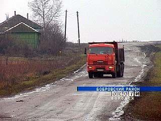 Большегрузная техника разрушает новую дорогу в Икорце