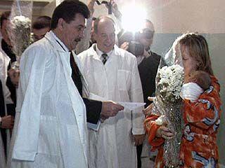 Борис Скрынников посетил родильный дом ╧2