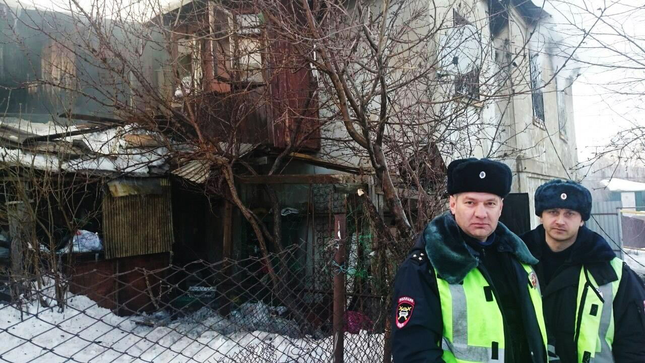 Воронежские инспекторы ГИБДД спасли из пожара женщину и ребёнка
