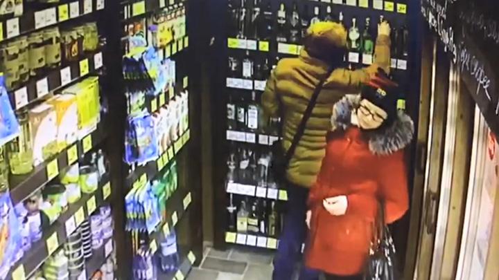 Обокравшими воронежский алкомаркет парнем и девушкой заинтересовалась полиция