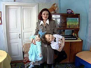 Cильно пьющей в прошлом женщине вернули двух маленьких детей