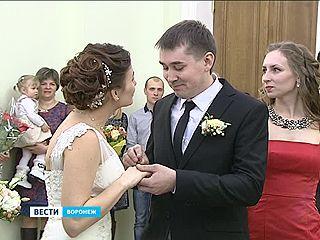 Cколько пар в регионе поженились в День влюблённых?