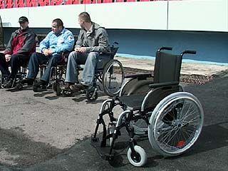 Cпортсмены-инвалиды получили от правительства области инвалидные коляски