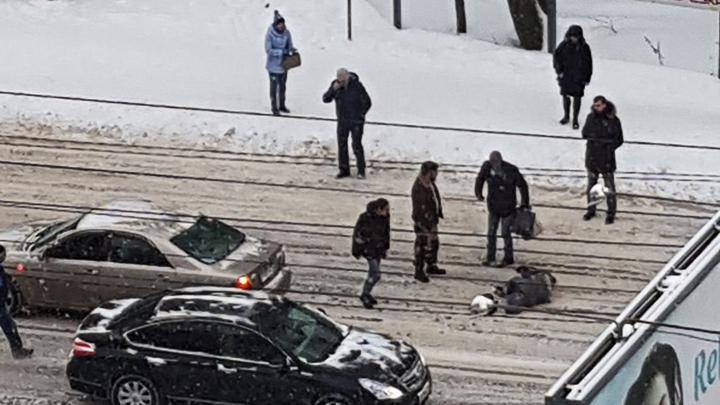 На видео попало, как воронежцы помогли сбитому иномаркой пешеходу