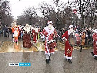 Деды Морозы готовят резиновые сапоги. Новогодние волшебники промокли на параде