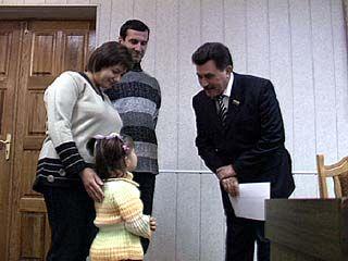 Денежные сертификаты вручили молодым семьям