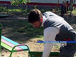 Дмитрий Зуев из Карачана превратил пустырь в детскую площадку