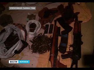 Дома у охранников частного охранного предприятия нашли автомат Калашникова и пистолеты
