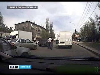 Два воронежца доказывали свою правоту на дороге с помощью кулаков