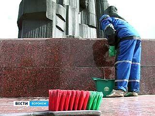 Два воронежца привели в порядок пять монументов в центре города