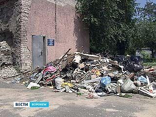 Двери в УК Советского района завалили горами мусора