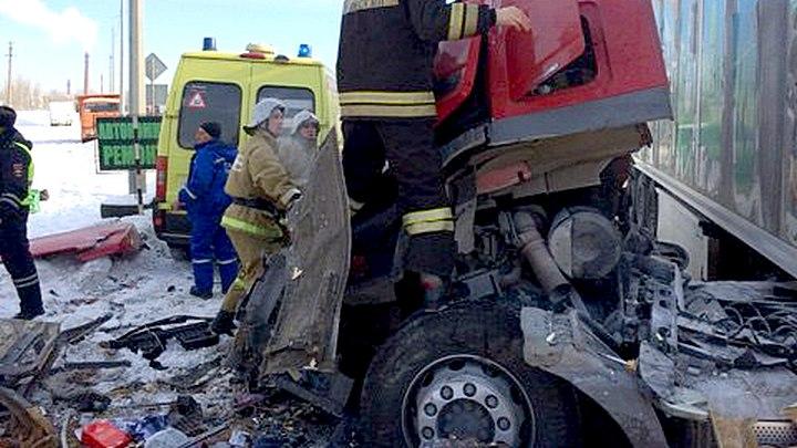 Последствия ДТП с автобусом и грузовиком в Воронежской области попали на видео