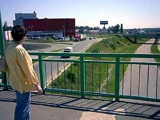 Единственный пешеходный мост на Героев Сибиряков переживает не лучшие времена