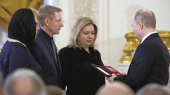 Президент передал родственникам погибшего в Сирии воронежца звезду Героя России