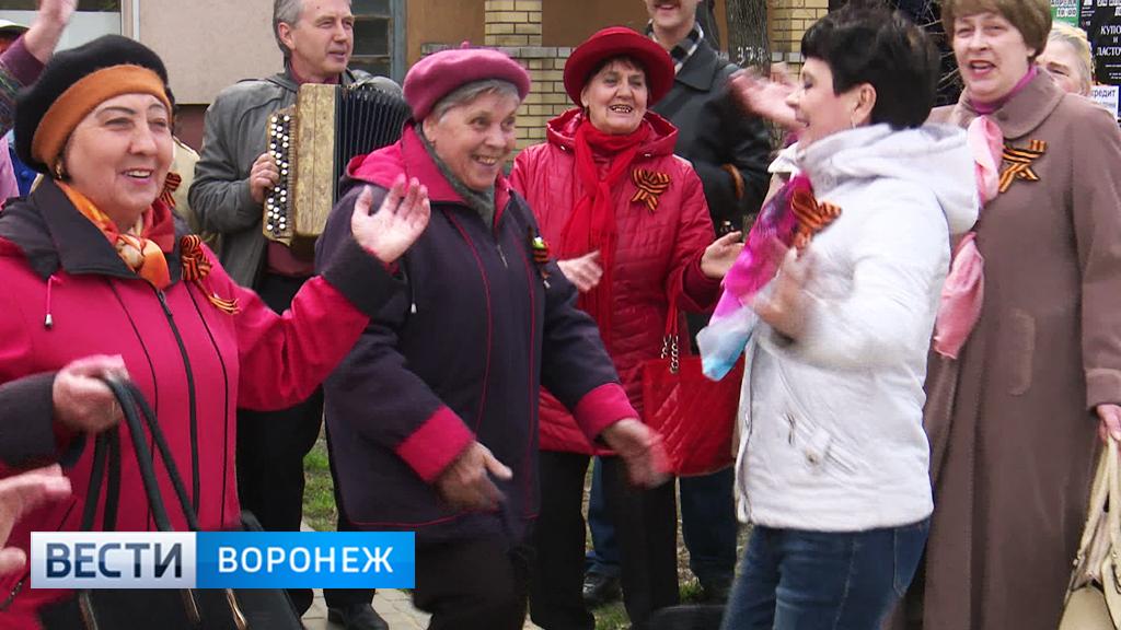 Воронежские бабушки пели песни о войне прямо на улицах города