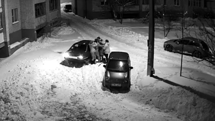 В воронежском дворе соседи подрались из-за расчищенного от снега парковочного места