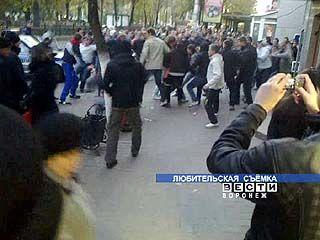 """Фанаты липецкого """"Металлурга"""" устроили драку в Кольцовском сквере"""