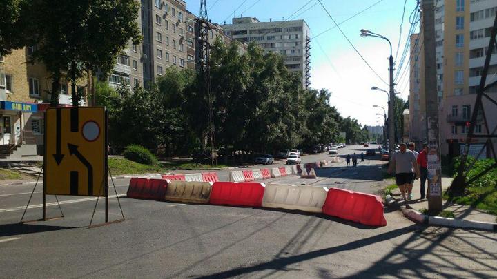 Дорога на неделю. В Воронеже пришлось срезать новый асфальт, чтобы заменить трубы
