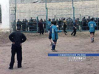 """Футболисты """"Факела"""" сыграли с заключенными Семилукской колонии"""