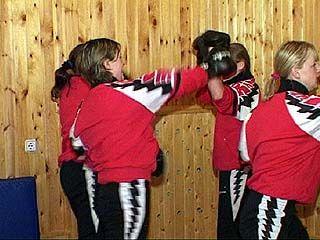 """Футбольная команда """"Энергия"""" на тренировках занимается карате"""