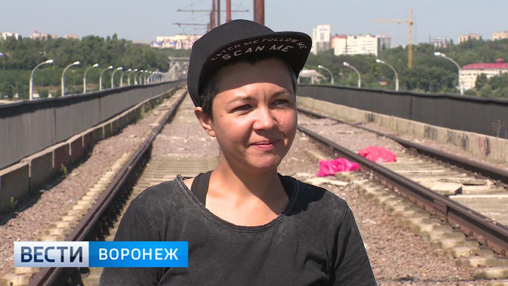 Во имя любви жительница Воронежа решила навести порядок на Северном мосту