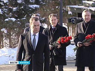 Глава правительства Дмитрий Медведев почтил память защитников Воронежа