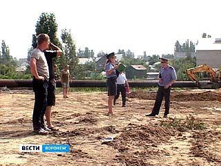 """Городские чиновники, сотрудники """"Водоканала"""" и полиции отвоевывали трубу"""
