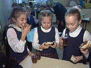 Горячим питанием в Воронеже обеспечена лишь половина школьников