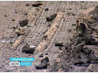 Грязь со свекольных полей на влажной дороге образует скользкий налет