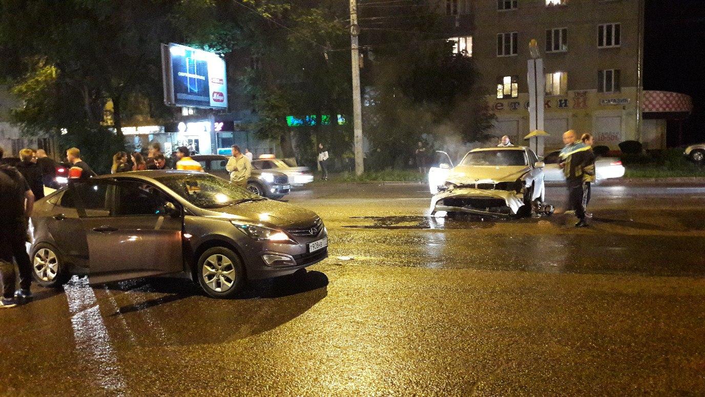 ВВоронеже БМВ  протаранил 5 авто  - шофёр  исчез  сместа ДТП