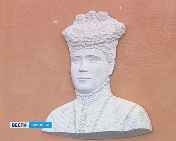 В гимназии №28 увековечили образ основательницы первого старейшего заведения Воронежа