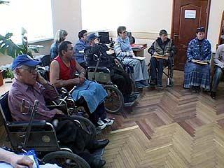 Инвалидов-колясочников позвали в мэрию, чтобы обсудить проблемы
