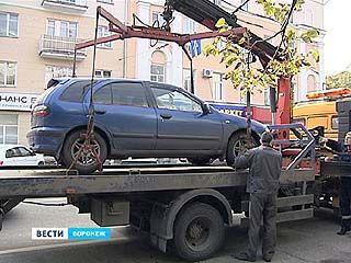 Из центра Воронежа начали эвакуировать машины