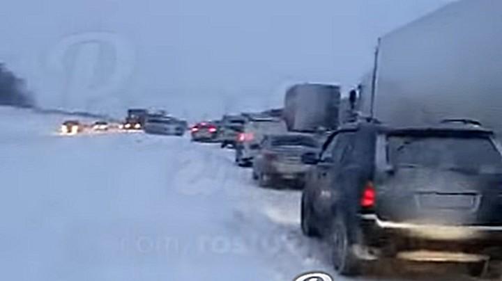 Из-за снегопада и ДТП на трассе М-4 «Дон» образовалась пробка в 28 км