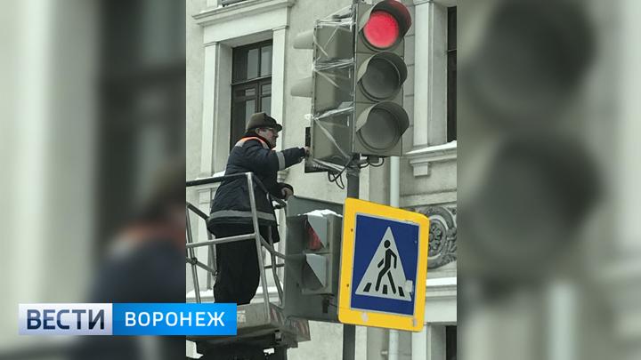 В Воронеже сломанный глыбой льда светофор «отремонтировали» скотчем