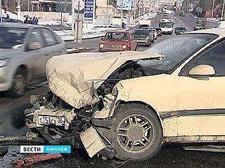 К снегу водители не готовы - три машины столкнулись у Чернавского. А потом - ещё две
