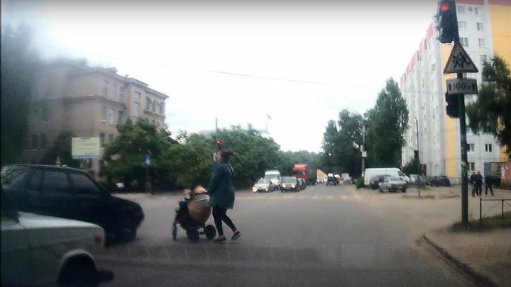 Секунда до трагедии. В Воронеже «ВАЗ» едва не сбил девушку с коляской