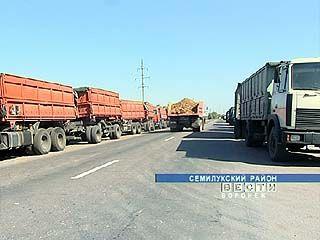 Километровая очередь из грузовиков образовалась в поселке Латное