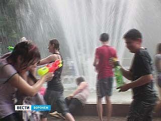 Кольцовский сквер стал ареной для водной битвы