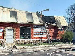 Крупный пожар почти полностью уничтожил мебельный магазин на Дорожной