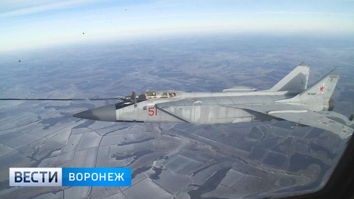 Воронежские военные лётчики показали виртуозную дозаправку прямо в небе