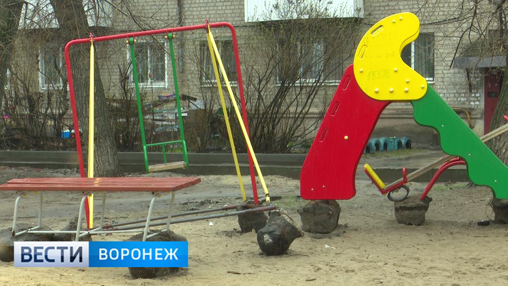 В Воронеже в микрорайоне ВАИ изуродовали детскую площадку